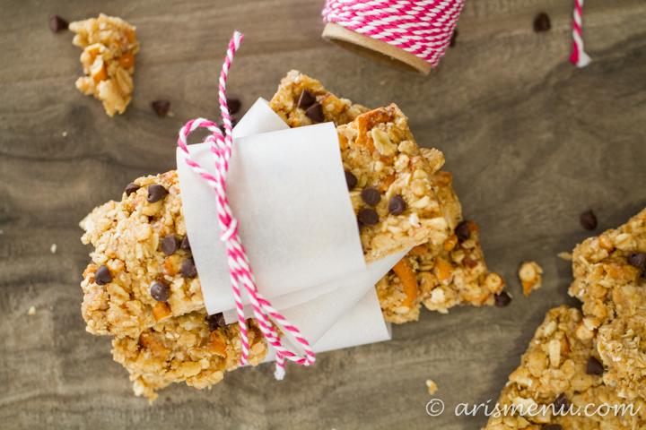 Healthy & gluten-free peanut butter pretzel chocolate chip granola bars