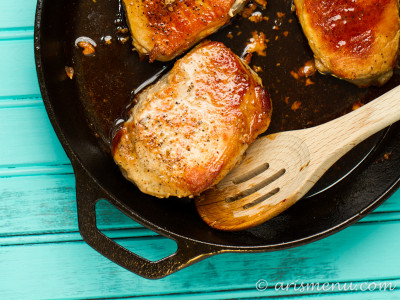 Honey Sriracha Skillet Pork Chops: Super easy, 4 ingredient dinner with the perfect combination of sweet and spicy. Sriracha fans will love this simple, healthy dinner!